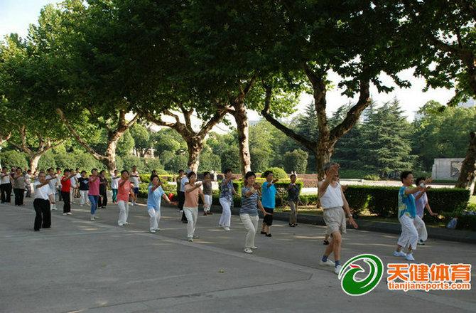 市民在体育公园锻炼身体